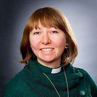 Kvinna med grön diakonskjorta